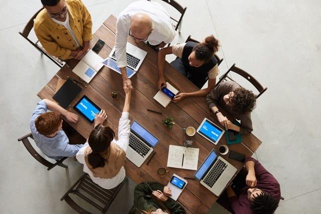 Analisa Bisnis Bersama Gambar Orang Manajemen