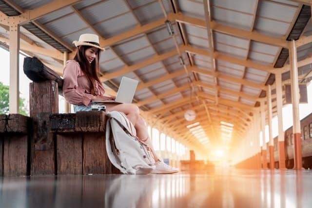 Ilustrasi Wanita Liburan Pegang Laptop