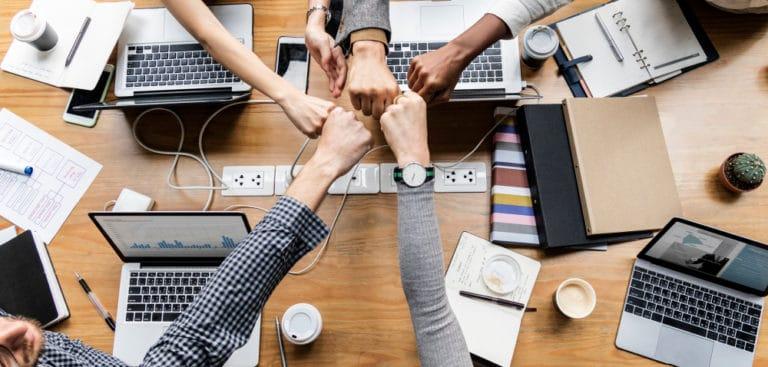 kolaborasi-dan-teamwork-dalam-tim-kerja